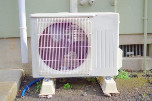 原因(1)エアコンの配管からの侵入